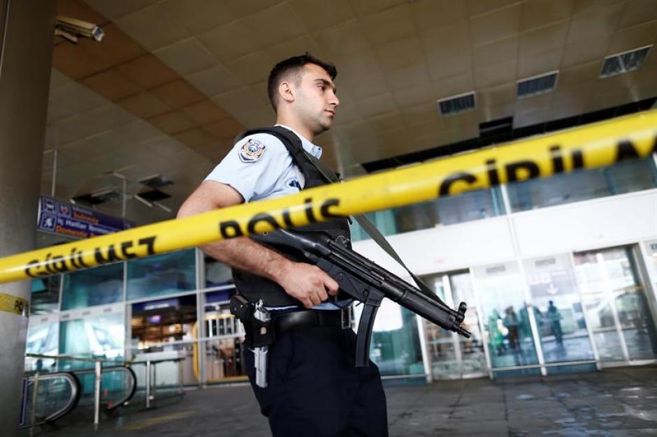 La policía acordona una zona del aeropuerto internacional de Atatürk tras un atentado en Estambul. (Foto: Efe)