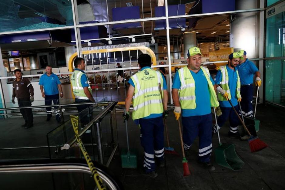 Trabajadores reparan los destrozos provocados por el atentado en el aeropuerto internacional de Atatürk en Estambul. (Foto: Efe)