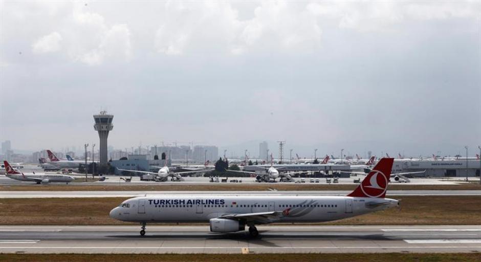 Aviones permanecen aparcados en la pista del aeropuerto internacional de Atatürk en Estambul luego del atentado. (Foto: Efe)