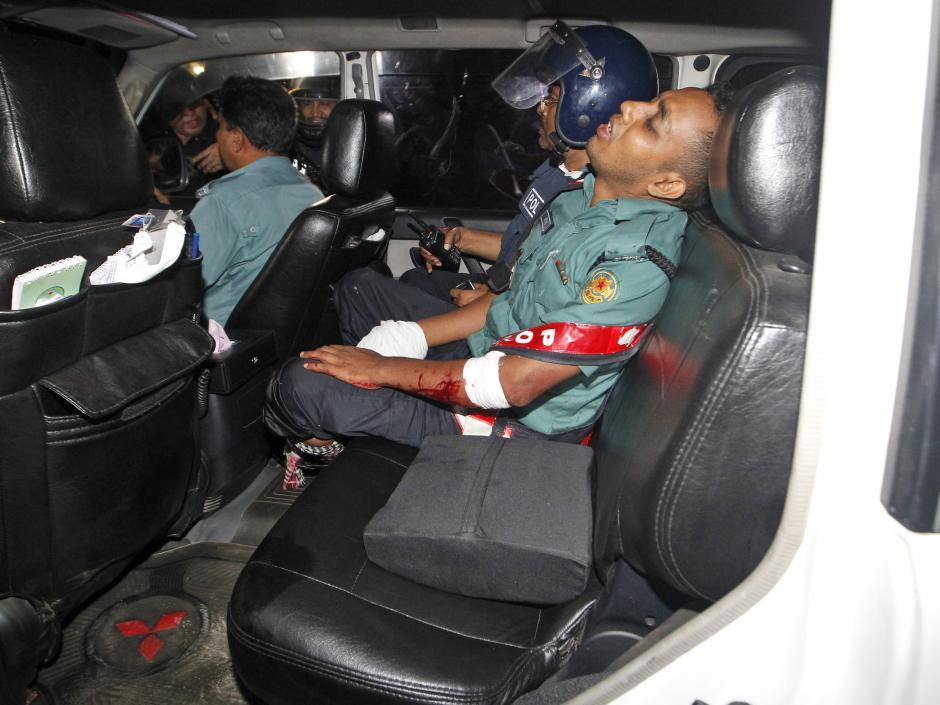 Un oficial de policía herido durante el ataque. (Foto: EFE)