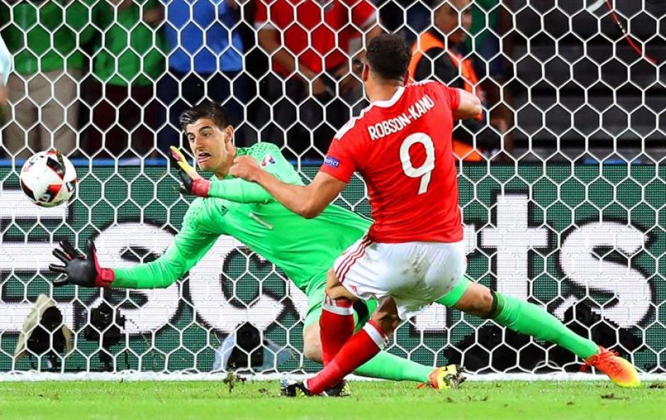 El momento crucial cuando Hal Robson-Kanu supera a Thibaut Courtois. (Foto: EFE)