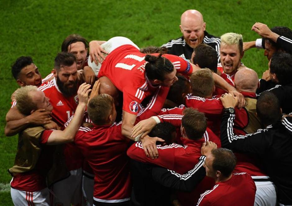 El festejo de los jugadores de Gales tras dejar en el camino a Bélgica. (Foto: EFE)