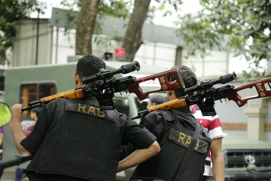 Miembros del batallón de Acción Rápida en cercanías del lugar del atentado en Dacca. (Foto: EFE)