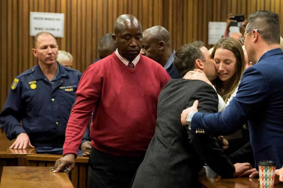 El atleta sudafricano Oscar Pistorius abraza a su hermana Aimee Pistorius a su salida del Tribunal Superior de Pretoria, Sudáfrica. (Foto: Efe)