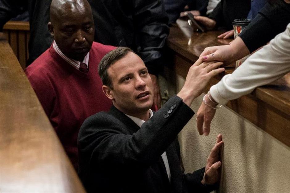 El atleta sudafricano Oscar Pistorius saluda a familiares y conocidos a su llegada a la sala del Tribunal Superior de Pretoria. (Foto: Efe)