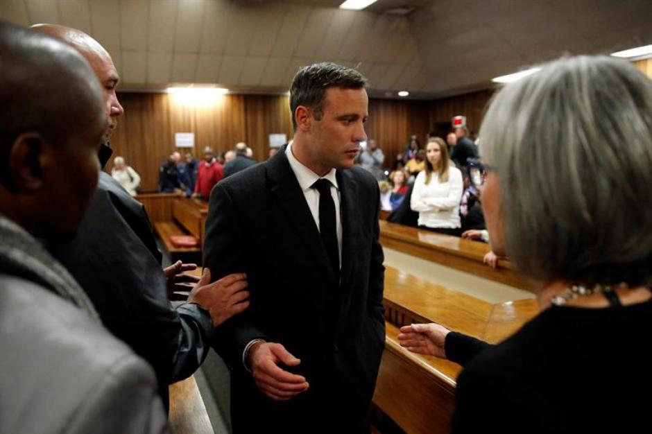 El atleta sudafricano Oscar Pistorius a su salida del Tribunal Superior de Pretoria, Sudáfrica. (Foto: Efe)