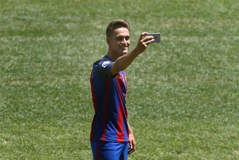Suárez fue el primer jugador en colocarse la nueva camisola del Barcelona en público. (EFE)