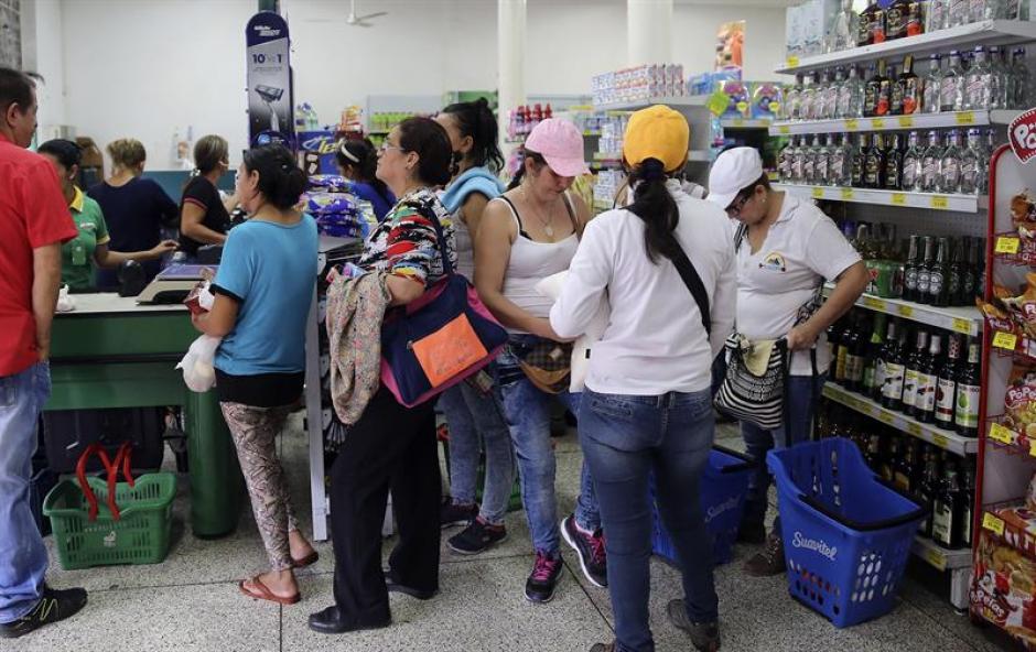 Pese al cierre fronterizo, un grupo de mujeres viajó a Colombia para comprar artículos básicos. (Foto: Efe)