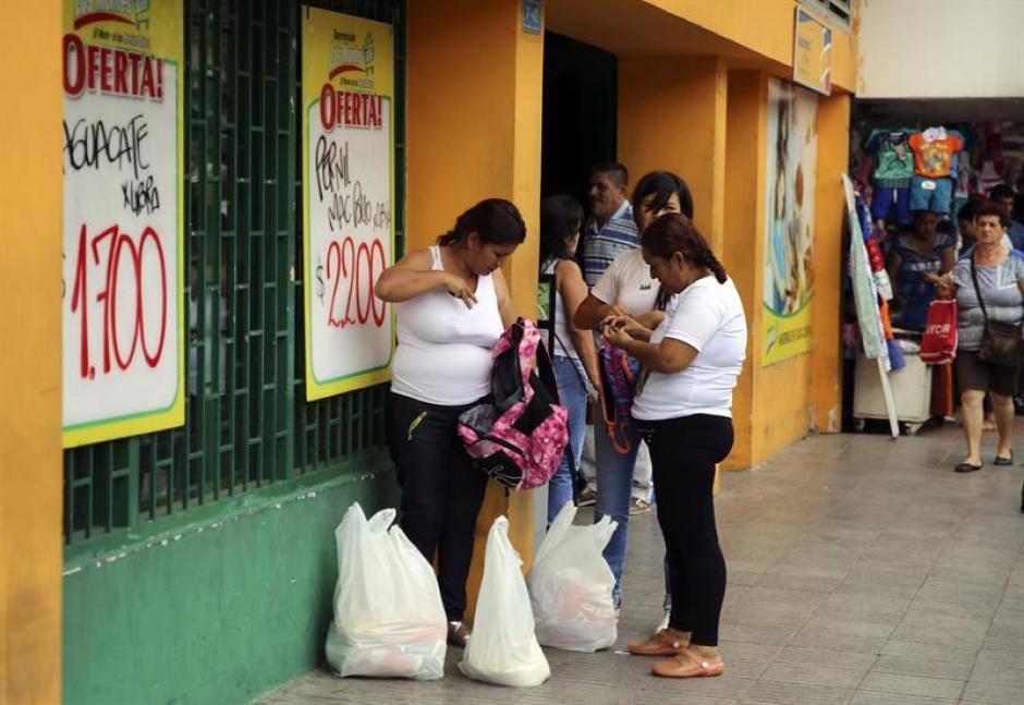 Un grupo de mujeres venezolanas compraron víveres en almacenes de Cúcuta, Colombia. (Foto: Efe)