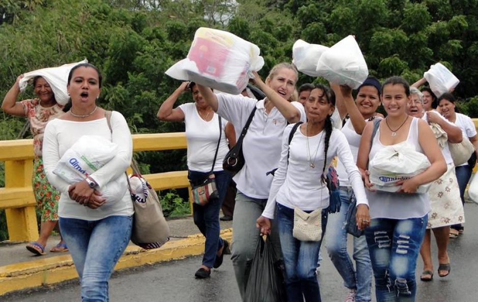 Alrededor de 500 mujeres venezolanas cruzaron la frontera y se dirigieron hacia la ciudad colombiana de Cúcuta para comprar artículos básicos. (Foto: Efe)