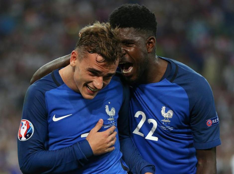 El francés celebra uno de los goles de Griezmann en la Euro. (EFE)