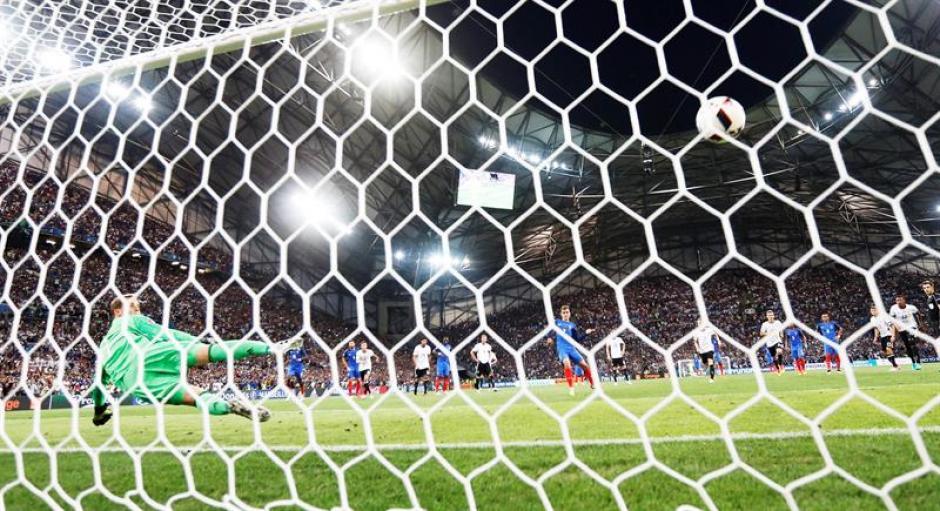 Neuer no puede detener el cobro de penalti de Griezmann. (Foto: EFE)