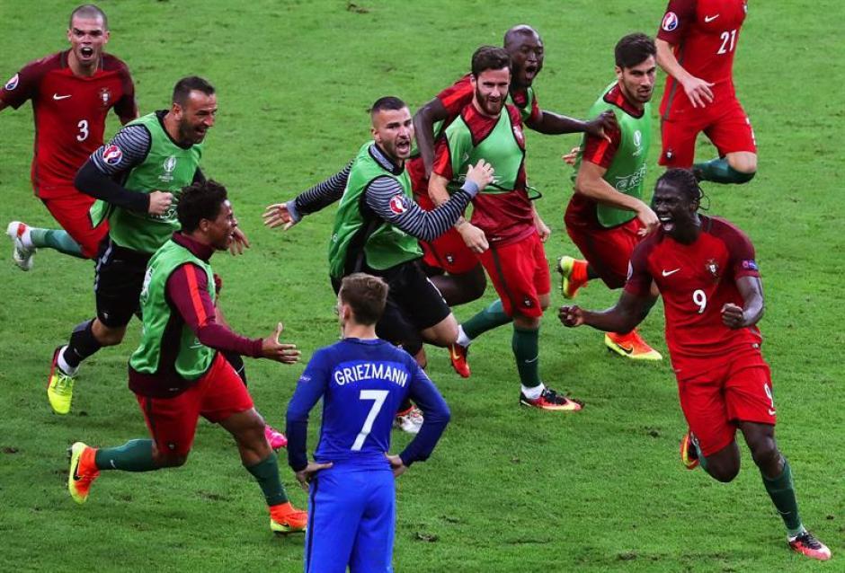 Los jugadores persiguen a Éder después de su golazo (Foto: EFE)