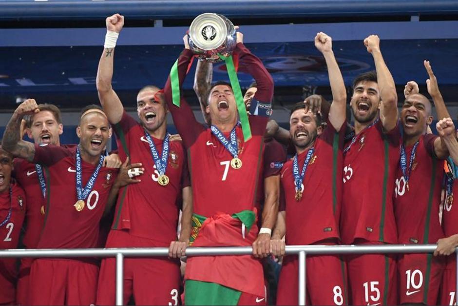 Cristiano Ronaldo levanta el título que tanto deseaba (Foto: EFE)