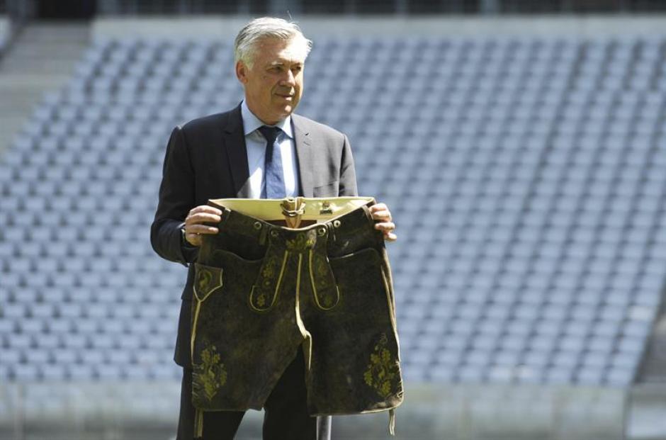 El técnico posó con los típicos pantalones de la región. (EFE)