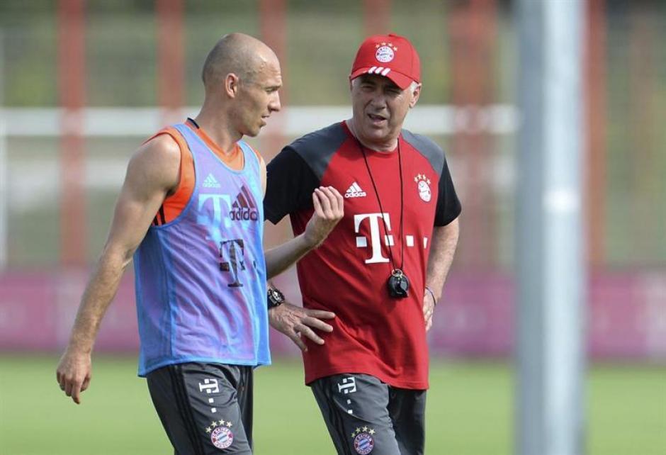 El italiano conversa con Robben. (EFE)