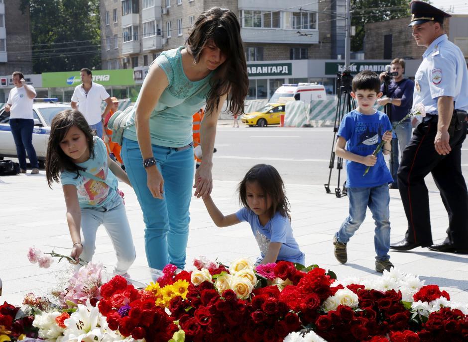 Muchas personas colocan flores en memoria de las víctimas. (Foto: EFE)