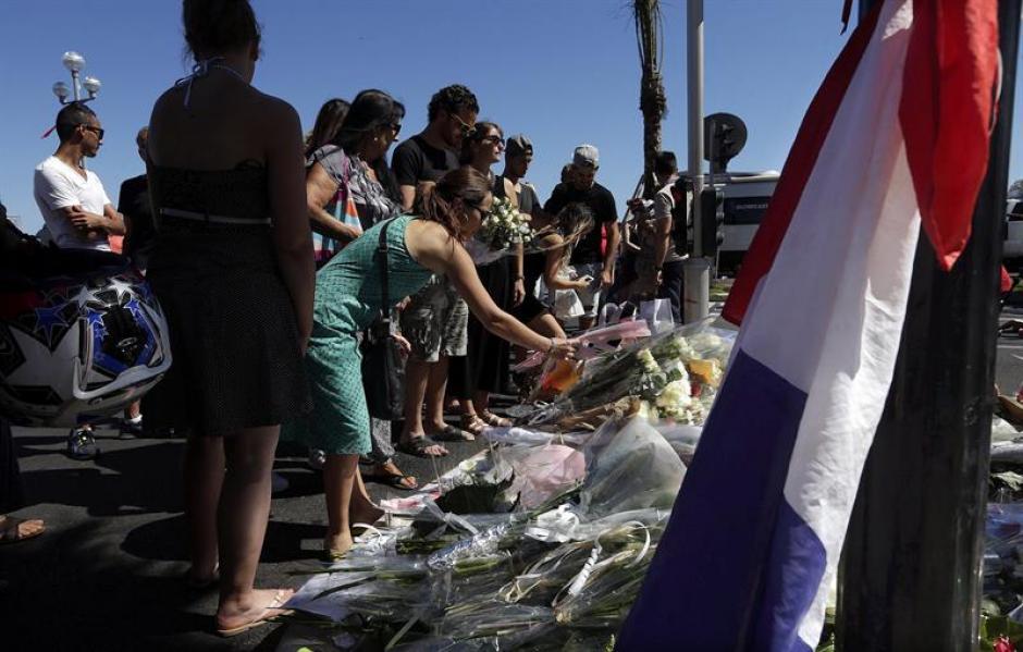 Condolencias y ofrendas en memoria de las víctimas. (Foto: EFE)