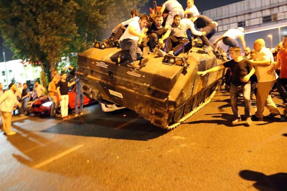 Elementos militares se apoderaron de las calles y bloquearon algunos puentes de Estambul. (Foto: EFE)