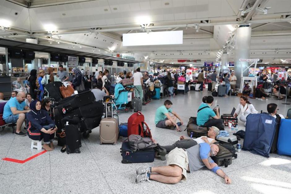 Varias personas quedaron varadas en el aeropuerto debido al intento fallido de golpe de Estado. (Foto: EFE)