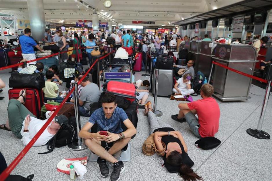Algunas personas esperaron hasta 24 horas para poder tomar un vuelo hacia sus destinos. (Foto: EFE)