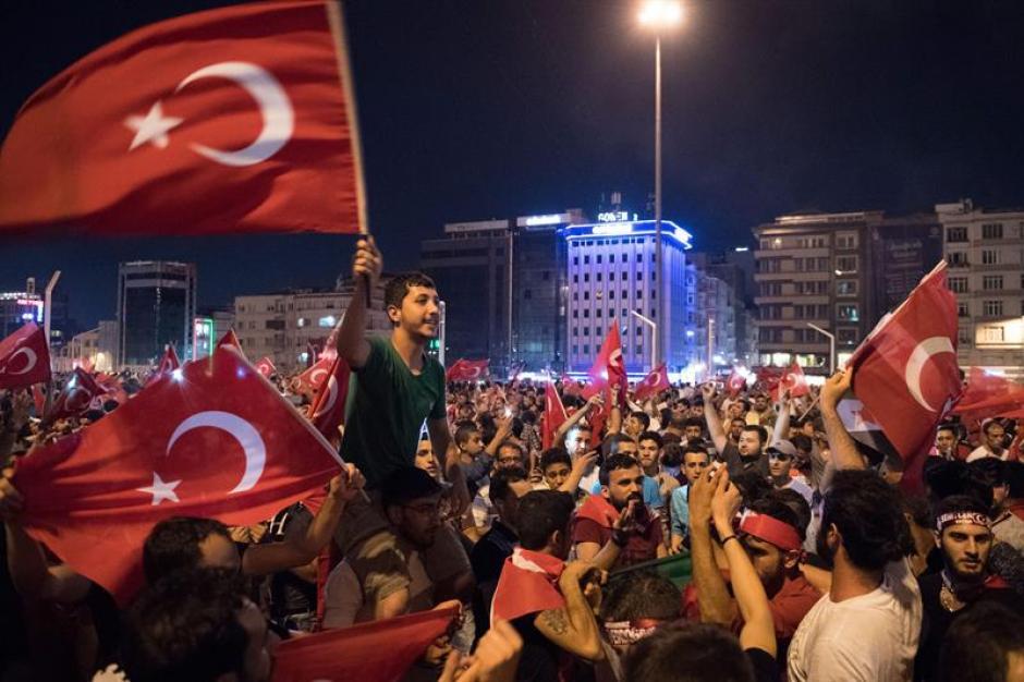 El pasado viernes, efectivos militares intentaron efectuar un golpe de Estado en Turquía. (Foto: EFE)