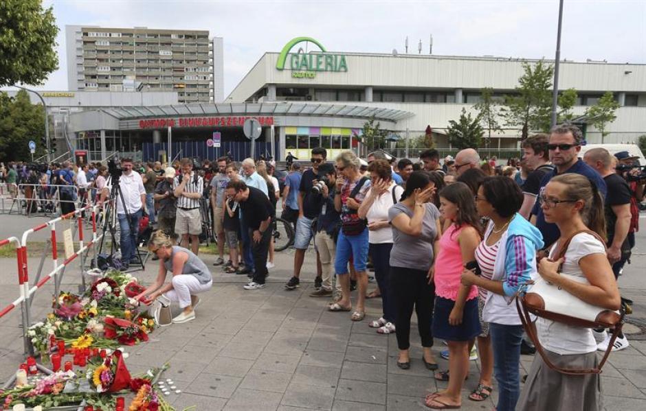 Las familias rindieron homenaje a los muertos por el atentado. (Foto: EFE)