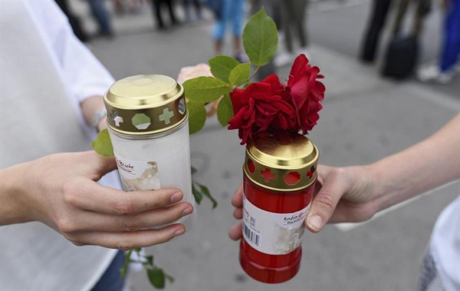 Con flores y velas despidieron a los fallecidos. (Foto: EFE)