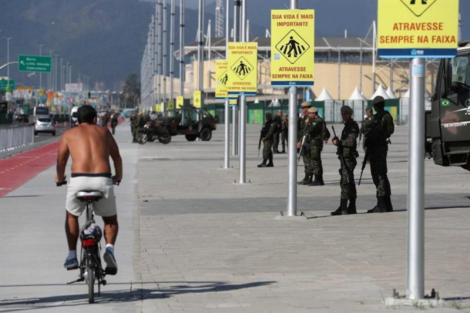 En total, hay 85 policías desplegados por Río (EFE)