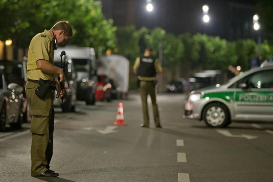 La policía local evacuó a cientos de personas de los alrededores. (Foto: EFE)