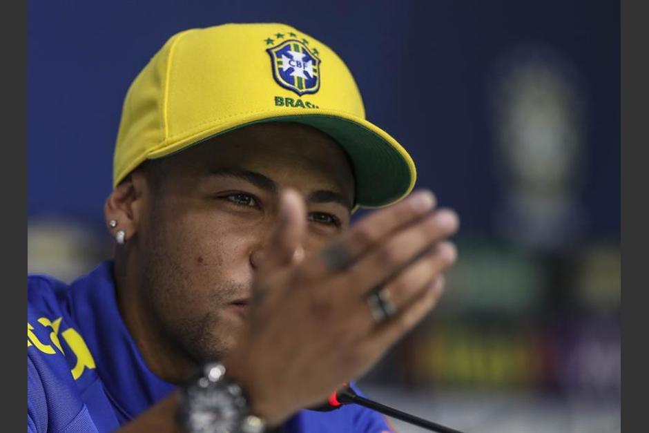 A Neymar no le gustó una pregunta y mostró mucha clase. (EFE)