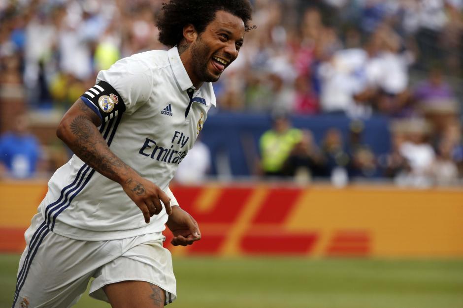 Marcelo celebra uno de los dos goles que marco en el duelo. (Foto: AFP)