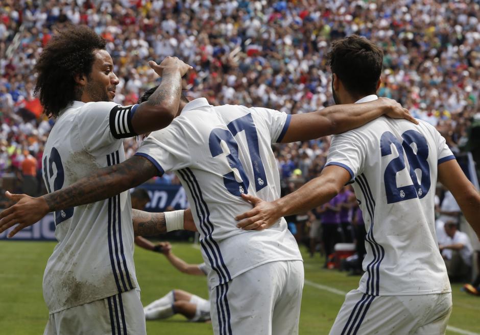 Los jugadores del Madrid celebran el tercer gol del equipo que fue el definitivo para que ganaran a un Chelsea que no mostró su mejor forma. (Foto: EFE)