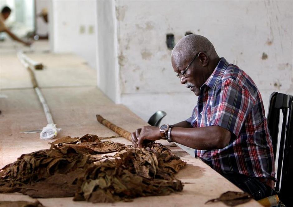 """El puro fue elaborado por el reconocido tabaquero cubano José Castelar """"Cueto"""". (Foto: EFE)"""