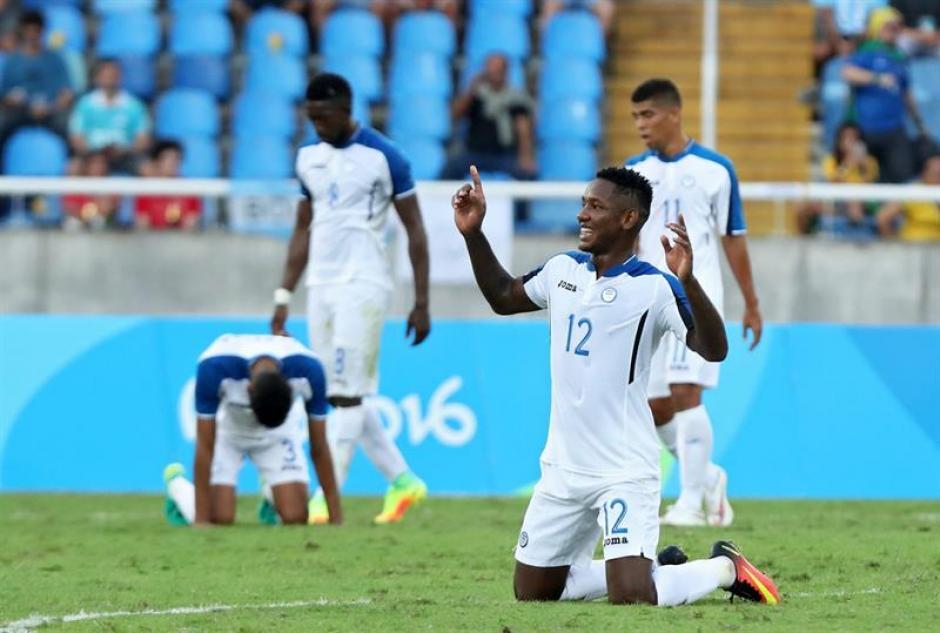 Al final del partido los hondureños agradecieron al creador por el triunfo. (Foto: EFE)