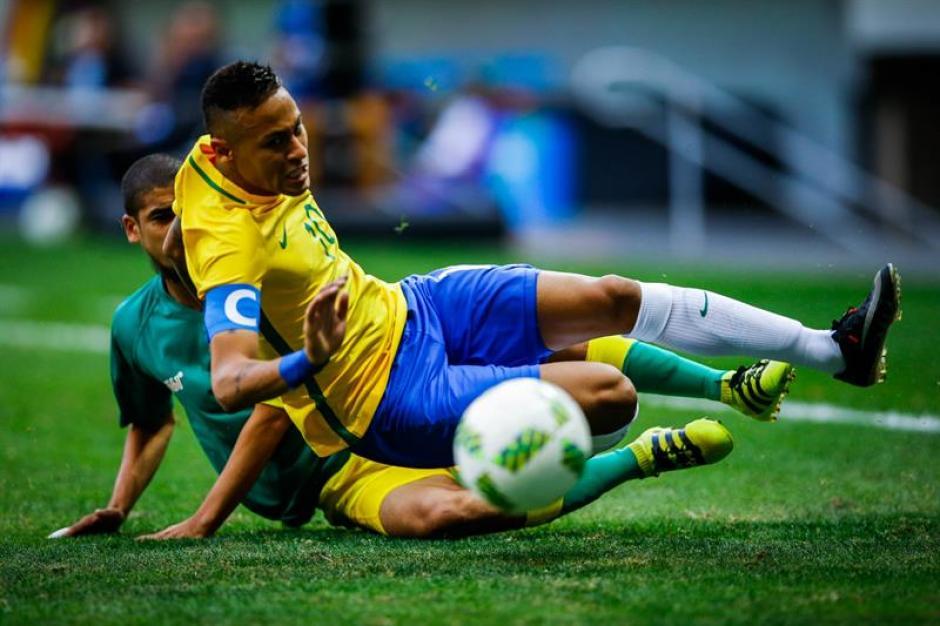 Los zagueros sudafricanos no dieron libertades a Neymar. (Foto: EFE)