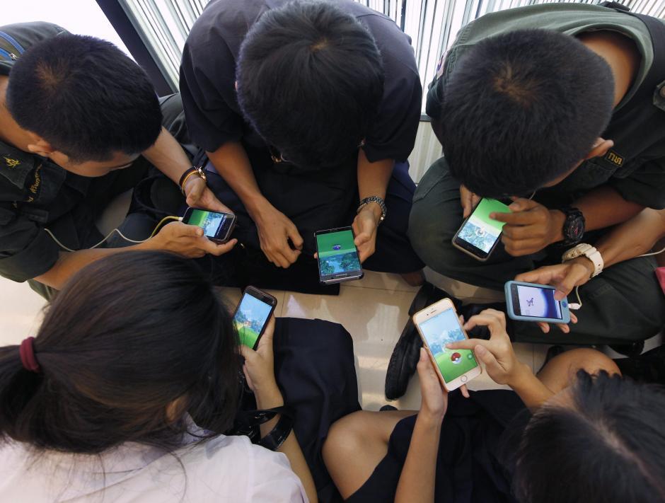 Varios jóvenes juegan Pokémon GO. (Foto: EFE/Rungroj Yongrit)