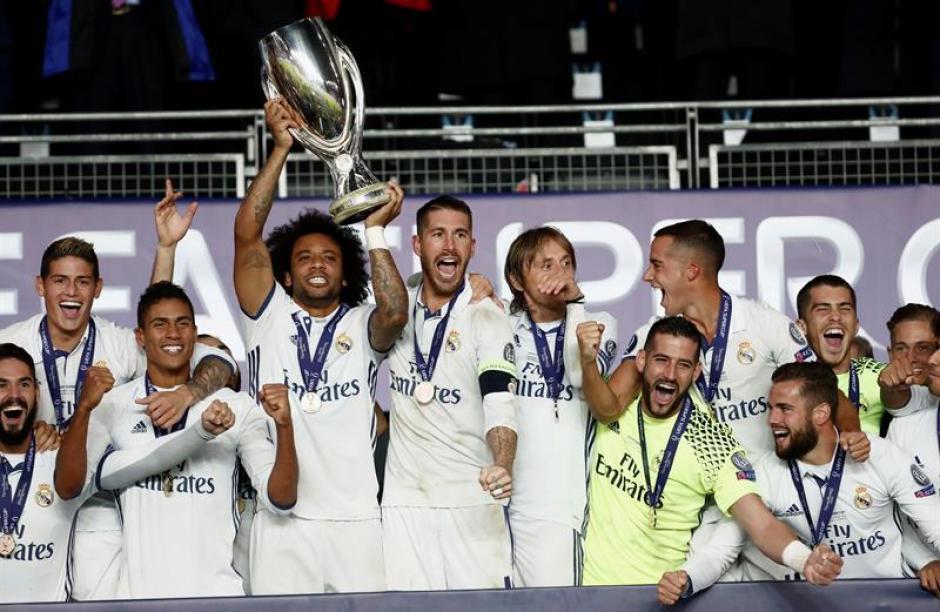 Marcelo, el segundo capitán, con el trofeo. (EFE)