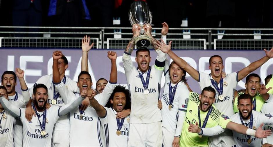 Sergio Ramos levantó la Supercopa para el Real Madrid. (EFE)