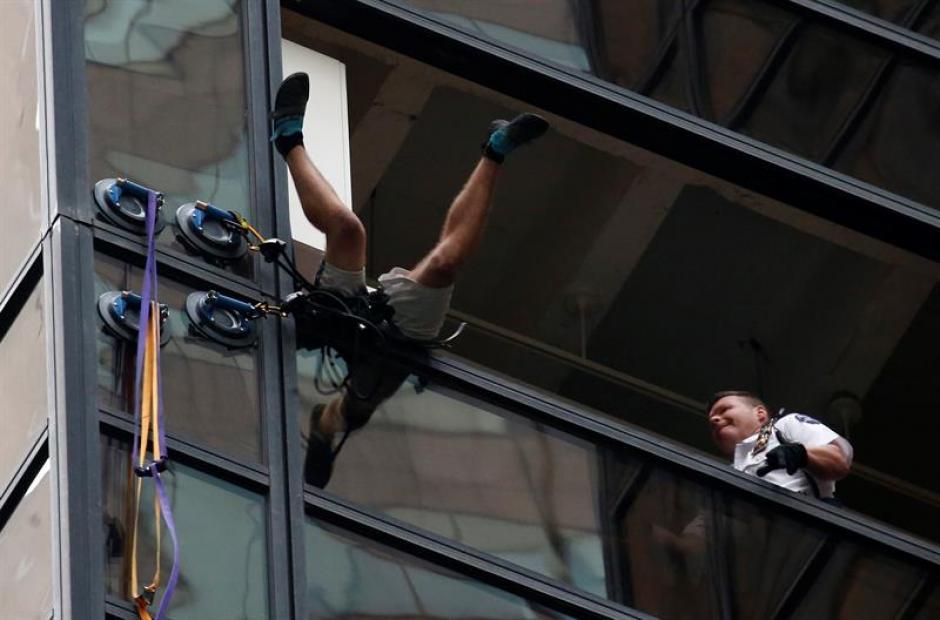 Un hombre intentó escalar por las ventanas del edificio en Nueva York. (Foto: EFE)