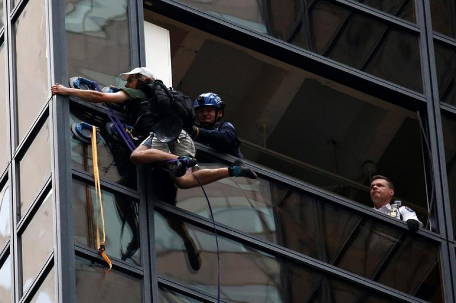La policía logró bajar al sujeto. (Foto: EFE)