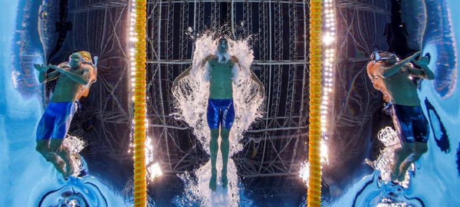 Así se ve Phelps desde abajo de la piscina. (Foto: EFE)