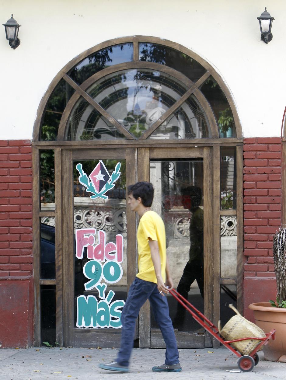 """""""Fidel 90 y más"""" es la leyenda que se ve en varios lugares de Cuba. (Foto: EFE)"""