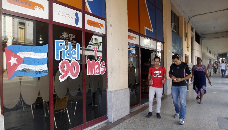 Algunos comercios de Cuba lucen felicitaciones para el exmandatario por su 90 aniversario.  (Foto: EFE)