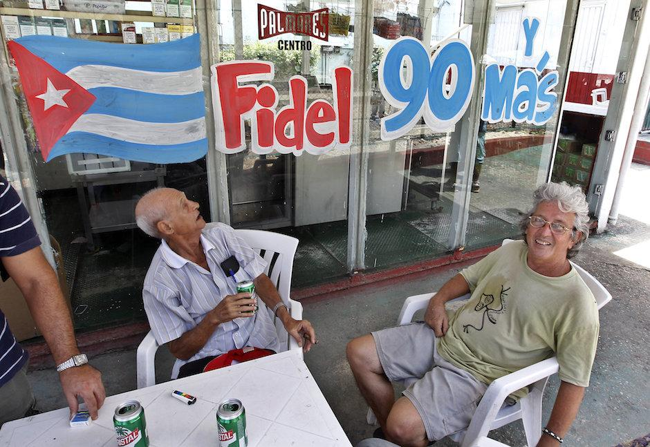 En varios lugares celebran con pintas, el cumpleaños de Fidel Castro. (Foto: EFE)