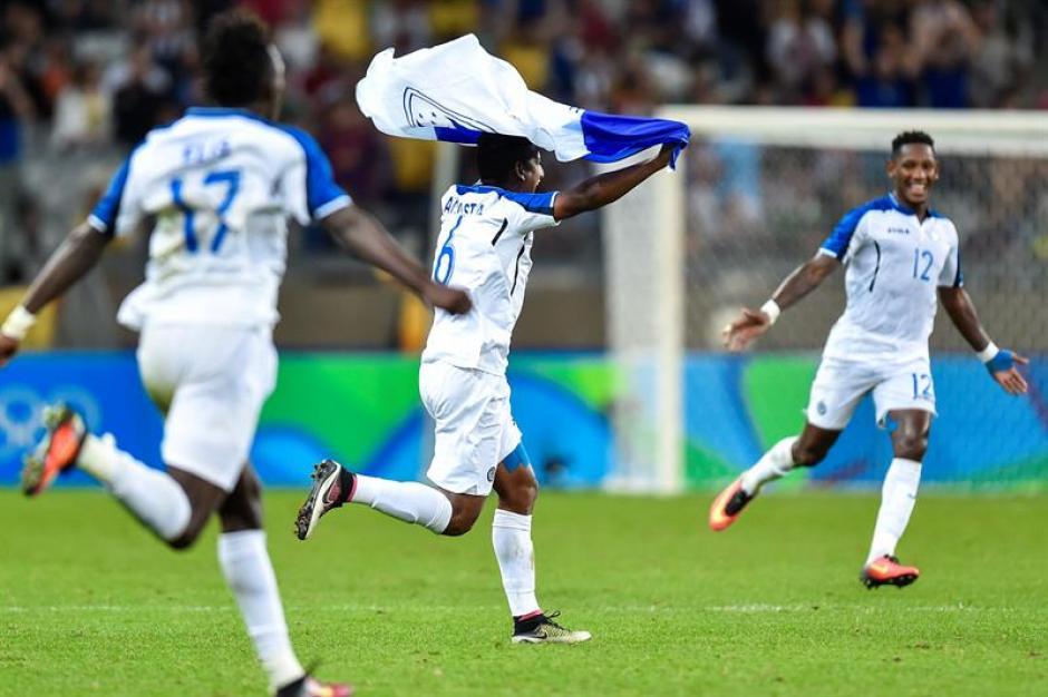 Los futbolistas de Honduras empiezan el festejo. (Foto: EFE)