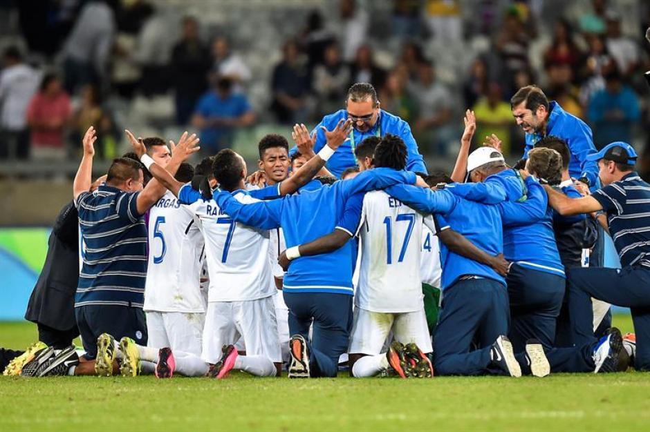 La delegación hondureña agradece al creador por el triunfo frente a Corea del Sur. (Foto: EFE)
