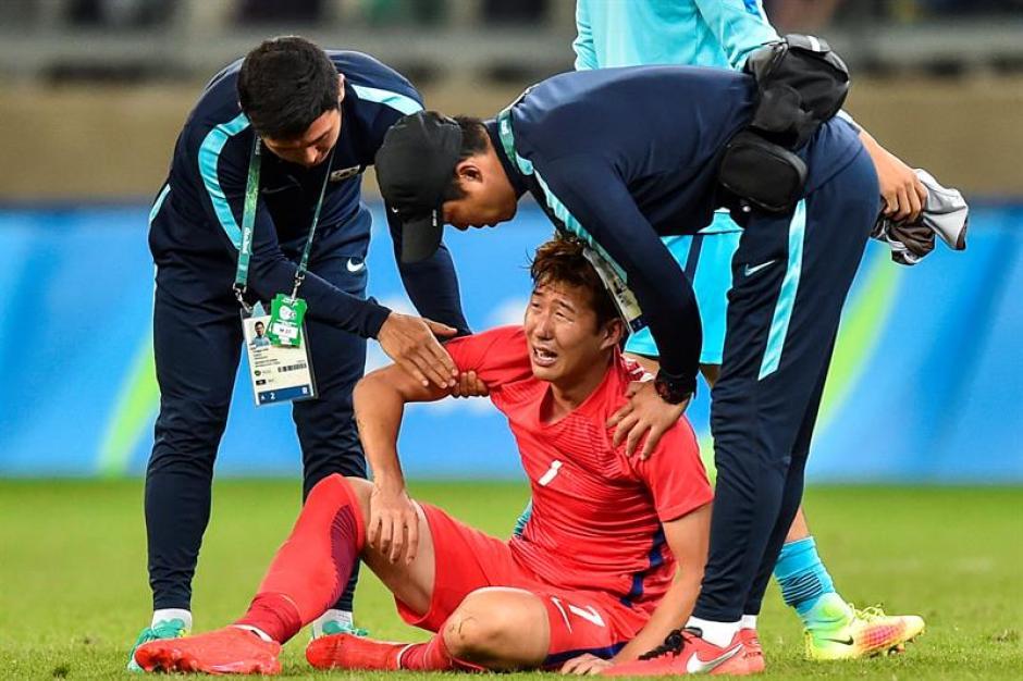 Los coreanos lloran tras la eliminación en el futbol olímpico. (Foto: EFE)
