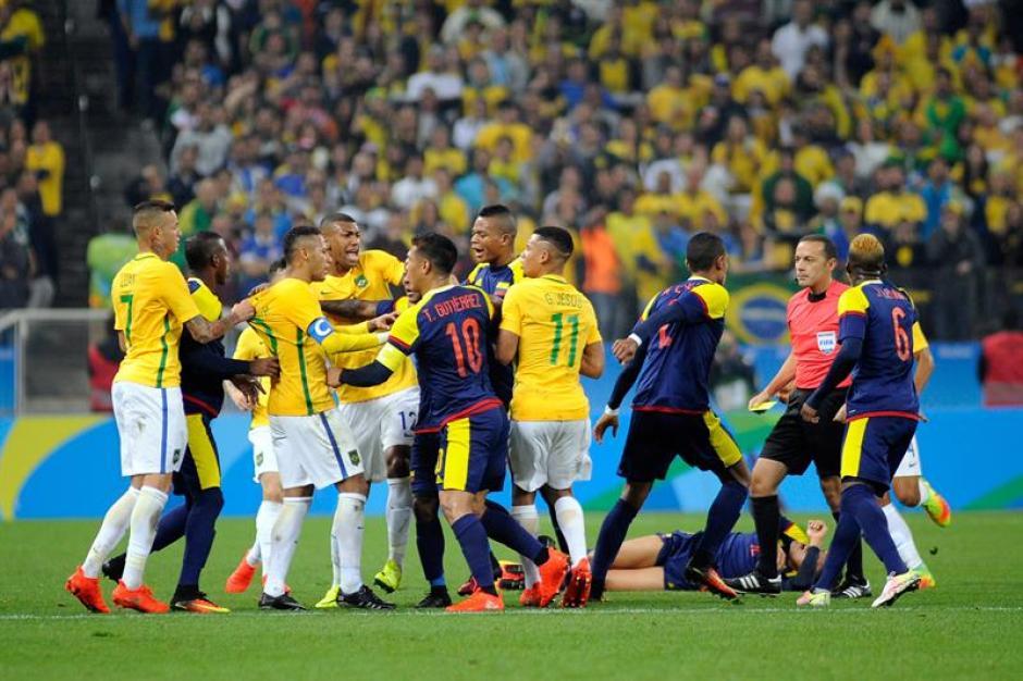 Casi al final del juego se caldearon los ánimos entre colombianos y brasileños. (Foto: EFE)