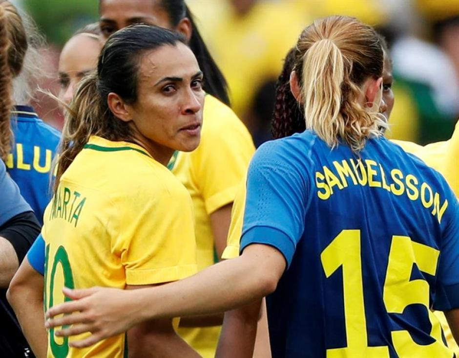 Las jugadoras suecas fueron de inmediato a saludar a Marta. (Foto: EFE)